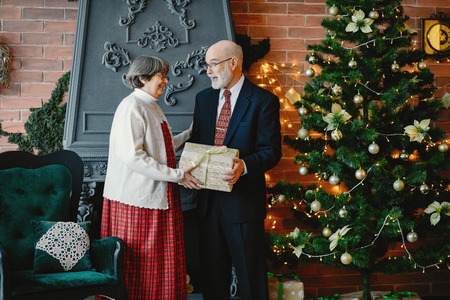 An elegant old couple are celebrating Christmas Imagens