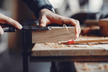 El carpintero trabaja con un árbol. Foto de archivo