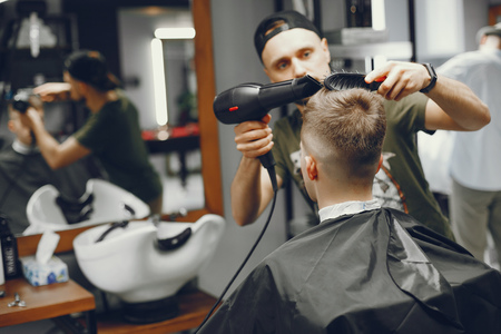 A man makes a stowage in the barbershop