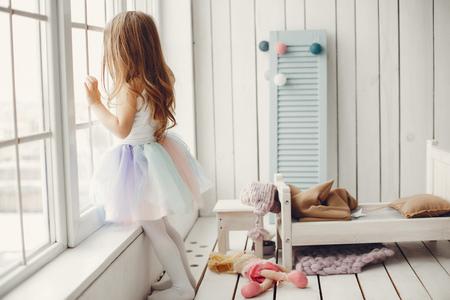 Bambina in un tutù di balletto. Bambino in una gonna da balletto.