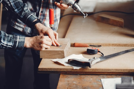 The carpenter works with a tree Banque d'images - 116929427