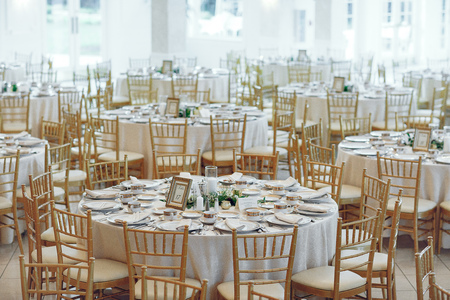 Elegant wedding tables Standard-Bild - 117424482