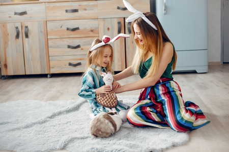Mother with little daughter in a room Stockfoto
