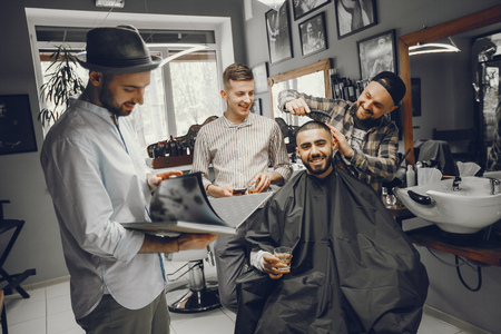 Friends have fun in barbershop Stockfoto