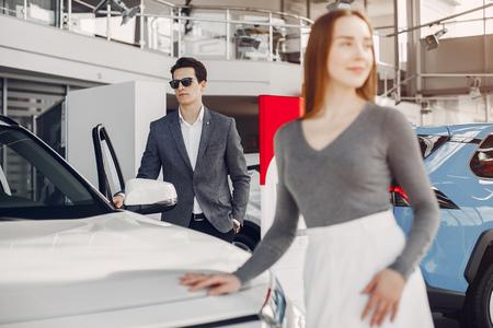 Couple élégant dans un salon automobile Banque d'images