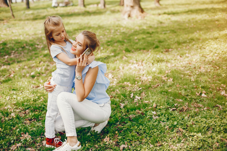 elegant mother with cute daughter 版權商用圖片