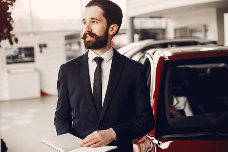 Stilvolle schwarze Frau in einem Autosalon Standard-Bild