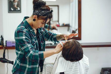 Stylish man sitting in a barbershop Фото со стока - 128109124