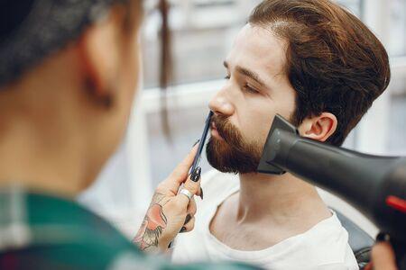 Stylish man sitting in a barbershop Фото со стока - 128109133