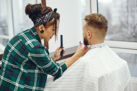 Stylish man sitting in a barbershop Фото со стока - 128109140