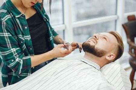 Stylish man sitting in a barbershop Фото со стока - 128109391
