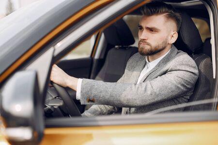 Hombre guapo y elegante en un salón de autos