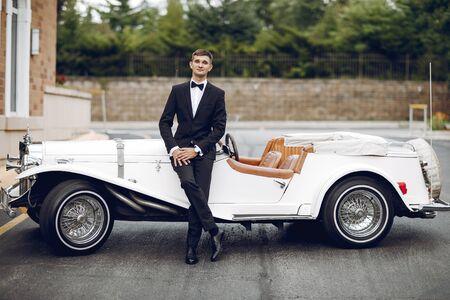 Bruidegom in de buurt van auto