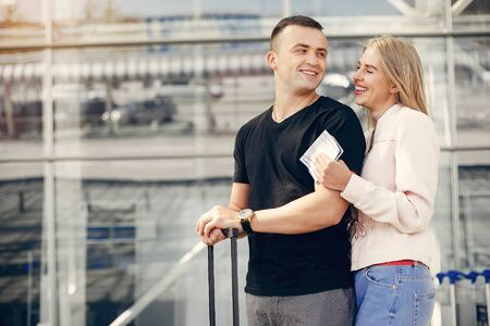 Beautiful couple standing in a airport Banque d'images