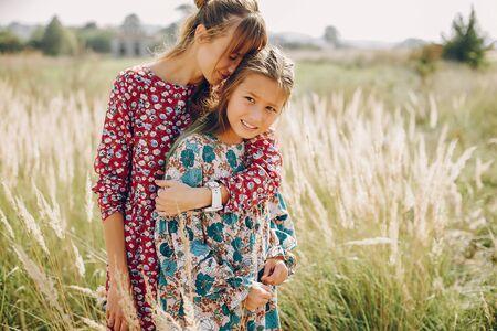 Familia linda y elegante en un campo de verano