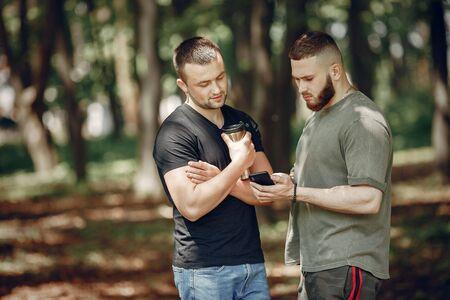2人の友人が夏の森で休息を取る