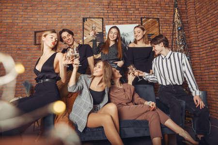People celebrating a new year with a champagne Zdjęcie Seryjne - 159538980