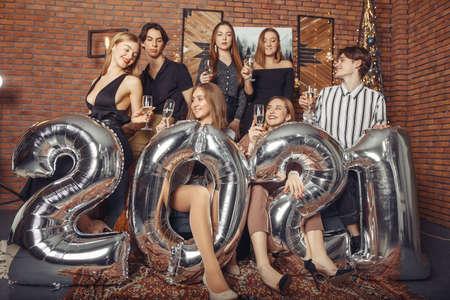 People celebrating a new year with a big ballons Zdjęcie Seryjne - 159538992