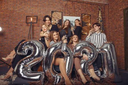 People celebrating a new year with a big ballons Zdjęcie Seryjne - 159539007