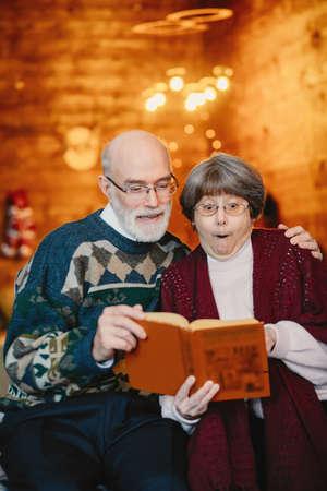 An elegant old couple are celebrating Christmas Zdjęcie Seryjne - 159595573