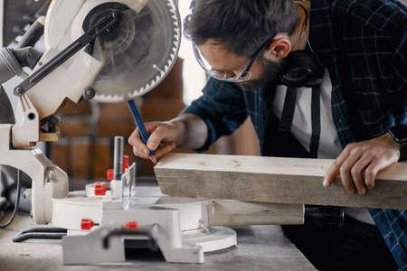 Carpenter working with circular saw Zdjęcie Seryjne - 159618003