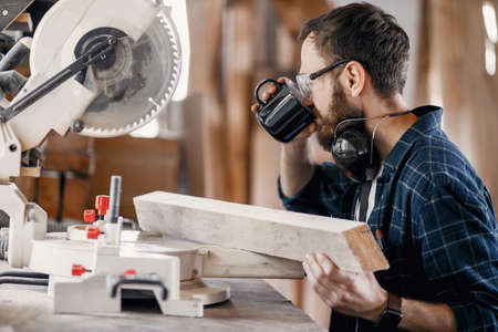 Carpenter working with circular saw Zdjęcie Seryjne - 159618010