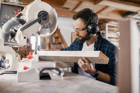 Carpenter working with circular saw Zdjęcie Seryjne - 159618241