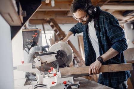Carpenter working with circular saw Zdjęcie Seryjne - 159618085