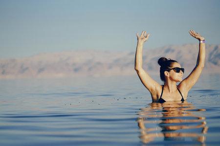 brunette girl swimming in the dead sea Zdjęcie Seryjne