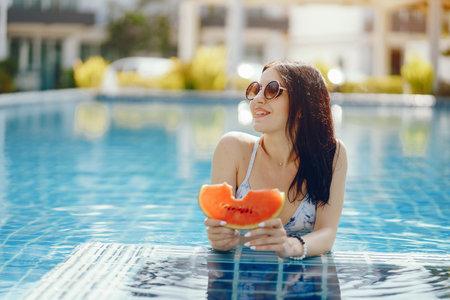 brunette girl eating fruit Zdjęcie Seryjne