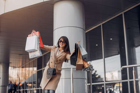 Woman with shopping bag in a city Imagens