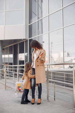 Mother and daughter with shopping bag in a city Imagens