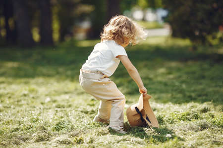 Cute little girl playing in a summer park Banque d'images