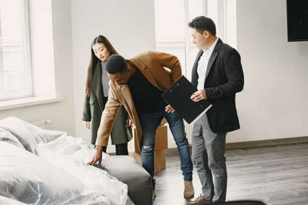 Real estate agent with customers checking apartmnet Banque d'images