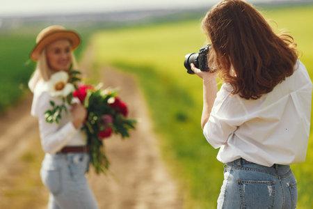 Photographer make a photoshoot for woman Zdjęcie Seryjne