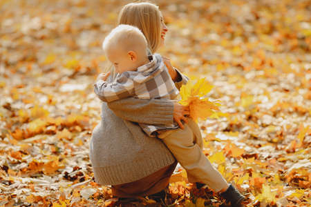 Mother with little son playing in a autumn field 版權商用圖片