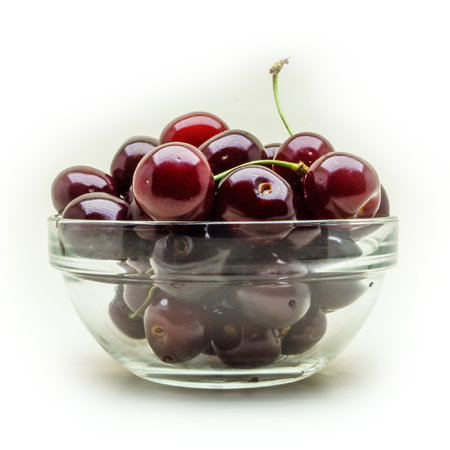 Glass vase with fresh wet cherries isolated on white background. 版權商用圖片 - 92198026