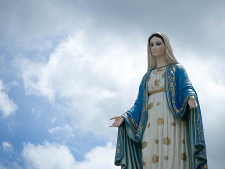 El fondo del cielo azul de la estatua de la Virgen María bendecida. Foto de archivo - 82919239