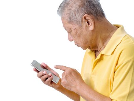 oudere Aziatische mannen gebruiken een smartphone om een toepassing voor ouderen te spelen. eenvoudig te gebruiken smartphone online bankieren, betalen online en winkelen online concept