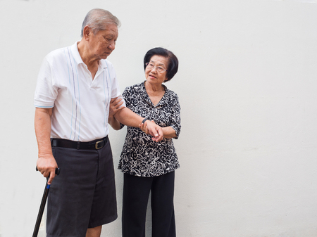 Het gelukkige romantische hogere Aziatische paar zorgt voor elkaar. Hoe lang is het geleden. De liefde is nooit veranderd. Concept senior paar en zorg voor elkaar
