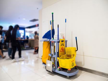 Reinigingsgereedschapskar wacht op reiniging. Emmer en set reinigingsapparatuur in het warenhuis