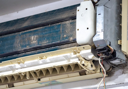 Older air conditioner in the wash. After not maintaining it for a long time. Dusty interior And the parts are rusty. Accumulating respiratory infections. Standard-Bild - 110368299