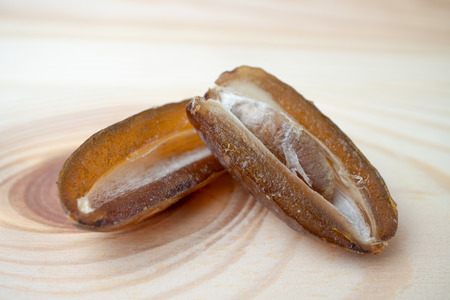 在木盘上晒干的甜枣和棕榈果实。红枣是一种干果,能提供高能量。
