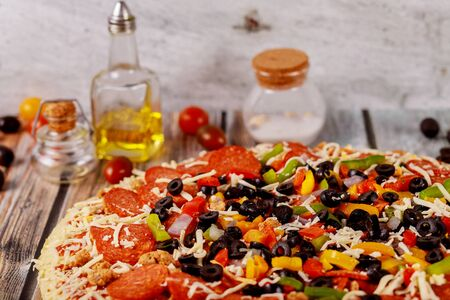 Supreme pizza with black olives, onions, sausage and peppers. Zdjęcie Seryjne