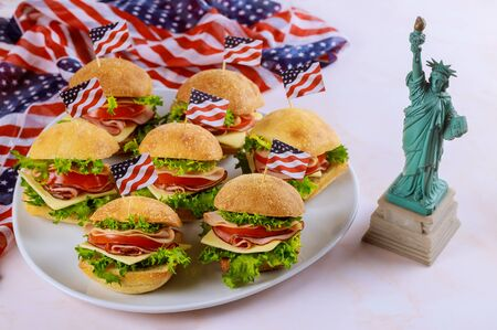 Sandwiches with american flag and Statue of Liberty. American holiday concept. Foto de archivo - 137865818