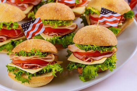 Sandwiches with american flag for patriot party. Independence day concept. Foto de archivo - 137890657