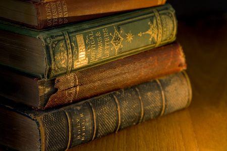 libros antiguos: una peque�a pila de libros antiguos iluminado por luz de vela