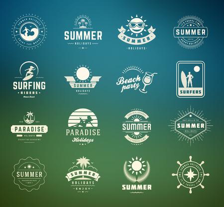 insignias: Vacaciones de verano etiquetas y elementos de diseño conjunto de la tipografía. Retro y plantillas de la vendimia. Insignias, pósters emblemas, ropa. Conjunto de vectores. Vacaciones en la playa, fiesta, viaje, paraíso tropical, aventura.