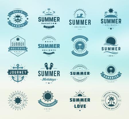 logo voyage: Vacances d'été des étiquettes des éléments de conception et jeu de typographie. Rétro et modèles vintage. Insignes, affiches, emblèmes, vêtements. Vector set. Vacances à la plage, fête, Voyage, paradis tropical, l'aventure.