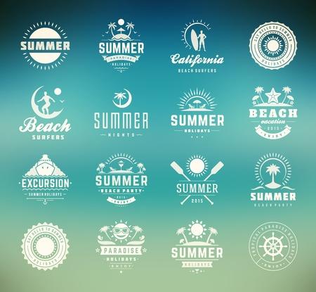 여름 휴가 디자인 요소와 타이포그래피 세트. 레트로와 빈티지 템플릿. 레이블, 배지, 포스터, 티셔츠, 의류. 벡터 설정합니다. 해변 휴가, 파티, 여행,  일러스트